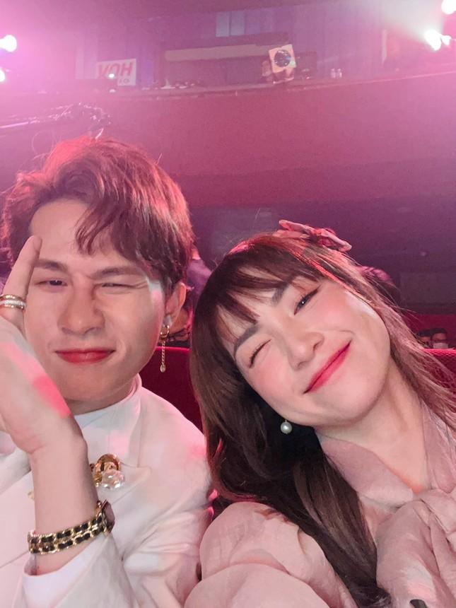 Hòa Minzy đăng ảnh cùng Jack, khẳng định ở lại đến hết lễ trao giải Làn Sóng Xanh ảnh 2