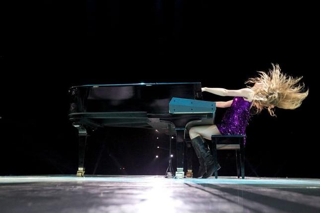 """Đố các fan của Taylor Swift tìm ra điểm khác biệt giữa """"Love Story"""" bản cũ và bản vừa phát hành ảnh 2"""