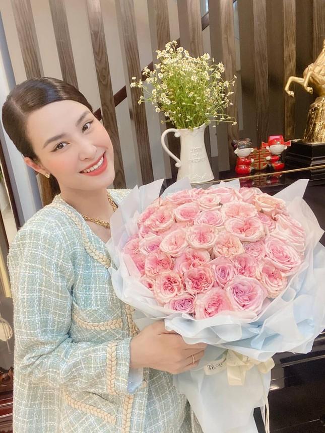 Đông Nhi khoe nhan sắc ngọt ngào kỷ niệm 12 năm yêu Ông Cao Thắng ảnh 1