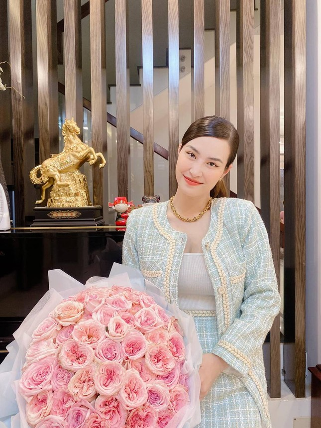 Đông Nhi khoe nhan sắc ngọt ngào kỷ niệm 12 năm yêu Ông Cao Thắng ảnh 3
