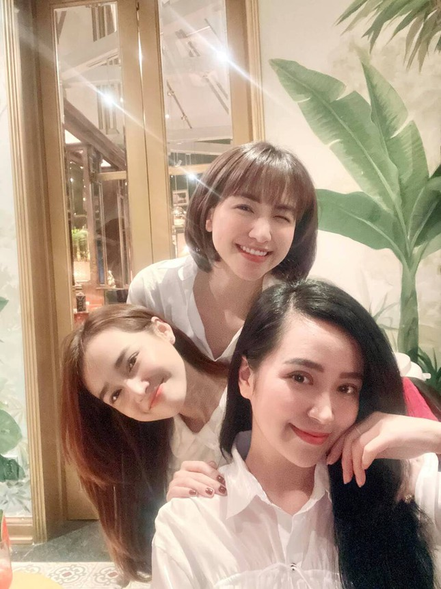 """Hòa Minzy - Nhã Phương lần đầu tiên khoe sắc chung khung hình sau khi lên chức """"mẹ bỉm"""" ảnh 1"""