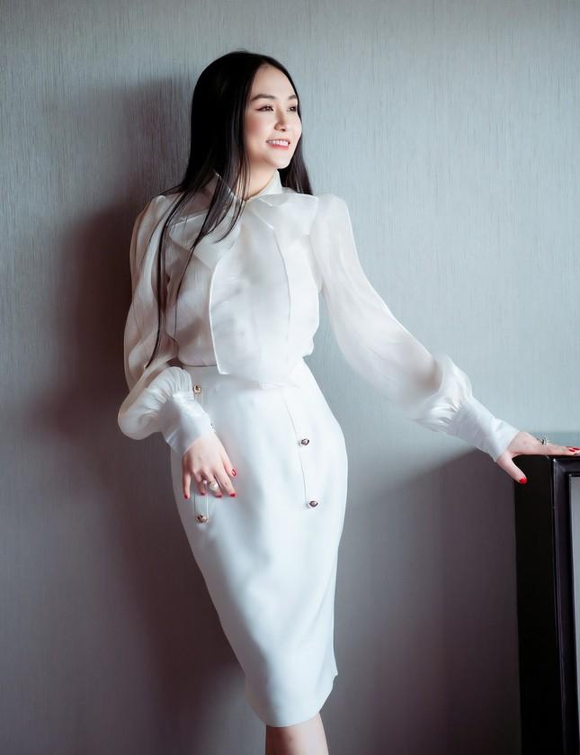 """""""Tạm cất"""" đồ hiệu, bà xã Tuấn Hưng tự thiết kế trang phục cho chính mình ảnh 1"""