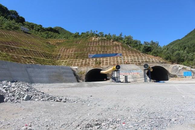 Khoan thông hầm qua đèo Cù Mông sau 20 tháng thi công ảnh 1