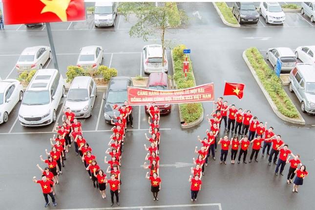 200 nhân viên sân bay Nội Bài đồng phục đỏ rực cổ vũ U23 Việt Nam ảnh 2