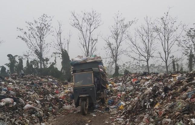 Cận cảnh bãi rác khổng lồ, hôi thối bị đốt cháy nghi ngút ngoại thành Hà Nội ảnh 5