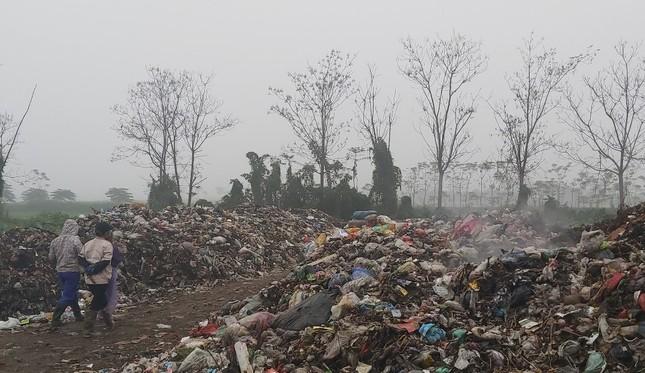 Cận cảnh bãi rác khổng lồ, hôi thối bị đốt cháy nghi ngút ngoại thành Hà Nội ảnh 6