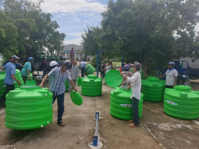 Tân Á Đại Thành tặng 750 bồn nước cho người dân khó khăn vùng Tây Nam Bộ ảnh 2