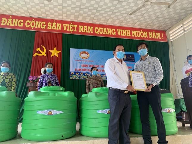 Tân Á Đại Thành tặng 750 bồn nước cho người dân khó khăn vùng Tây Nam Bộ ảnh 1