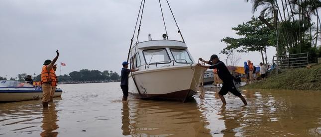 Đưa ngay 2 ca nô do Tập đoàn TNG tặng vào khắc phục hậu quả lũ lụt ảnh 4