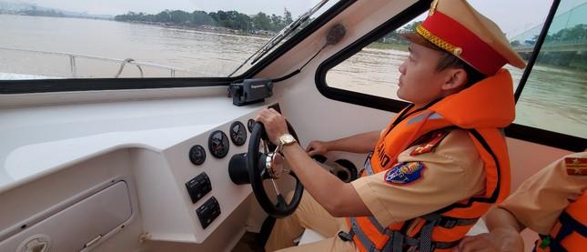 Đưa ngay 2 ca nô do Tập đoàn TNG tặng vào khắc phục hậu quả lũ lụt ảnh 7