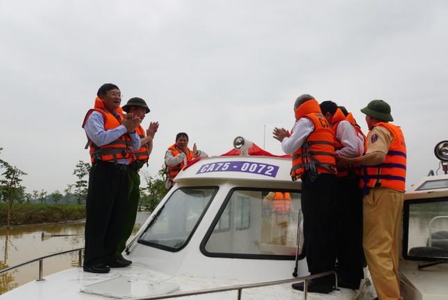 Đưa ngay 2 ca nô do Tập đoàn TNG tặng vào khắc phục hậu quả lũ lụt ảnh 5