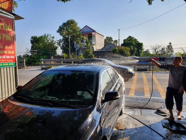 Giá rửa xe tăng cao, khách vẫn xếp hàng đợi chiều 30 Tết ảnh 15