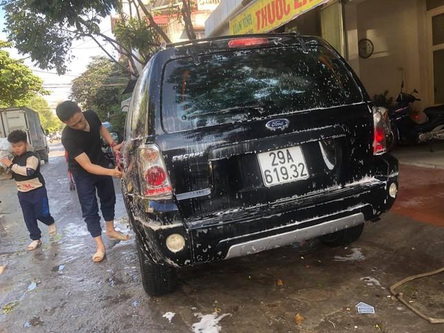 Giá rửa xe tăng cao, khách vẫn xếp hàng đợi chiều 30 Tết ảnh 16