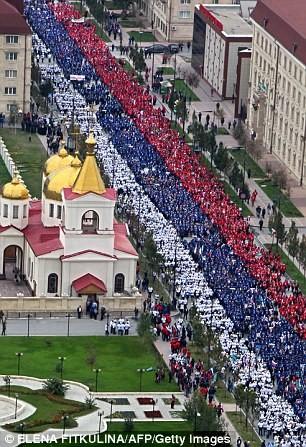 Hơn 100.000 người diễu hành mừng sinh nhật Tổng thống Putin ảnh 7