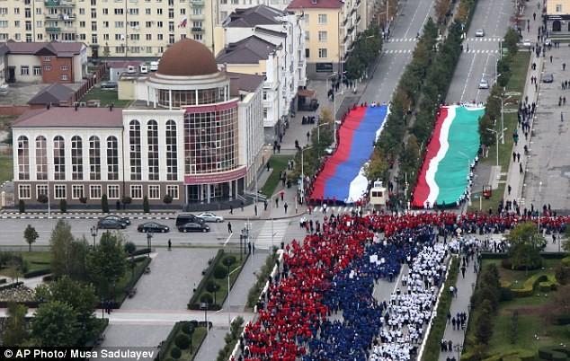 Hơn 100.000 người diễu hành mừng sinh nhật Tổng thống Putin ảnh 8