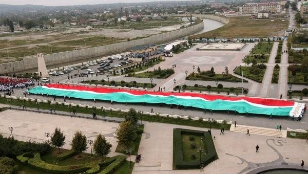 Hơn 100.000 người diễu hành mừng sinh nhật Tổng thống Putin ảnh 1