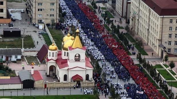 Hơn 100.000 người diễu hành mừng sinh nhật Tổng thống Putin ảnh 3
