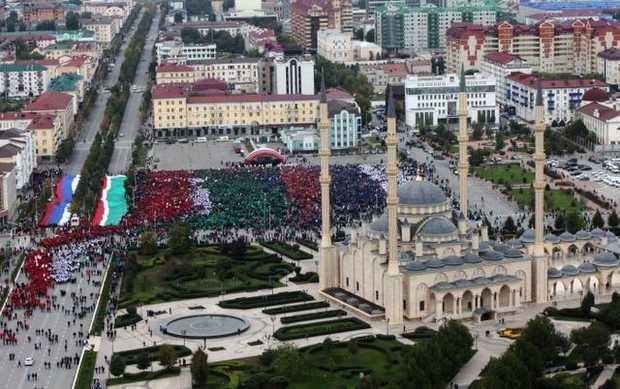 Hơn 100.000 người diễu hành mừng sinh nhật Tổng thống Putin ảnh 2