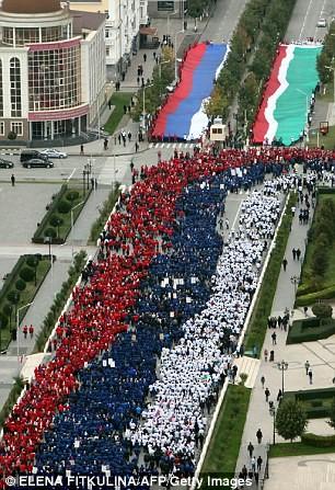 Hơn 100.000 người diễu hành mừng sinh nhật Tổng thống Putin ảnh 4