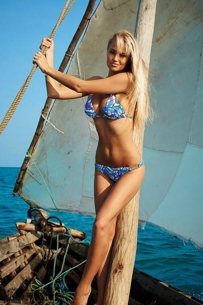 Siêu mẫu Nam Phi 'gây mê' với bikini sắc màu ảnh 11