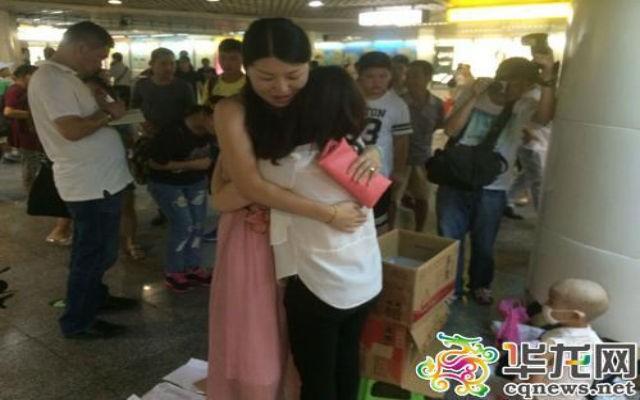 Bà mẹ trẻ bán những cái ôm lấy tiền chữa bệnh cho con ảnh 1
