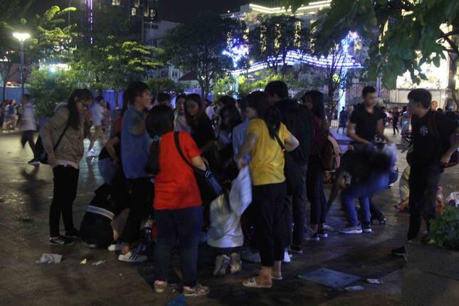Xem pháo hoa xong, nhiều người vô tư vứt rác trên phố Nguyễn Huệ ảnh 10