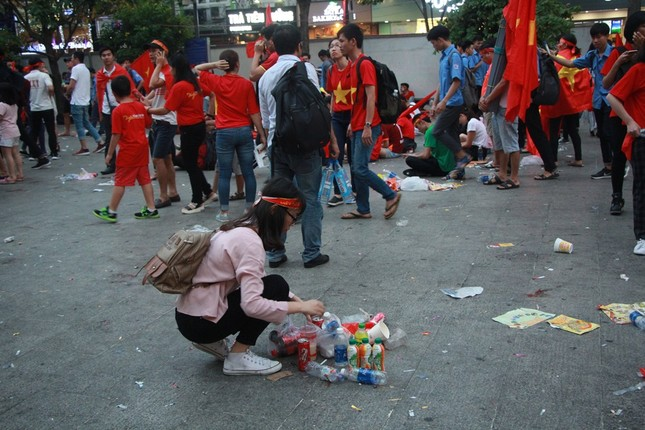 Những hình ảnh đẹp ở phố đi bộ Nguyễn Huệ sau chung kết U23 Việt Nam ảnh 13