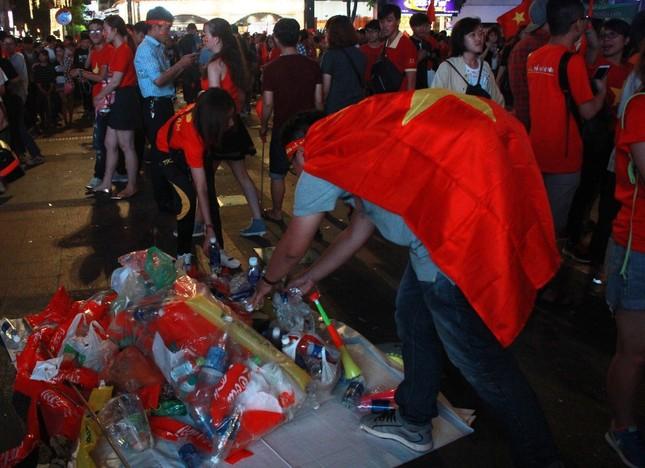 Những hình ảnh đẹp ở phố đi bộ Nguyễn Huệ sau chung kết U23 Việt Nam ảnh 1