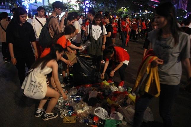Những hình ảnh đẹp ở phố đi bộ Nguyễn Huệ sau chung kết U23 Việt Nam ảnh 5