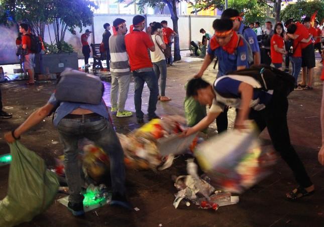 Những hình ảnh đẹp ở phố đi bộ Nguyễn Huệ sau chung kết U23 Việt Nam ảnh 7