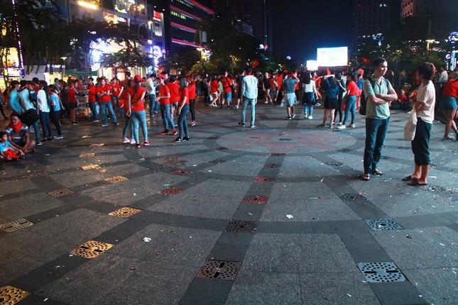 Những hình ảnh đẹp ở phố đi bộ Nguyễn Huệ sau chung kết U23 Việt Nam ảnh 15