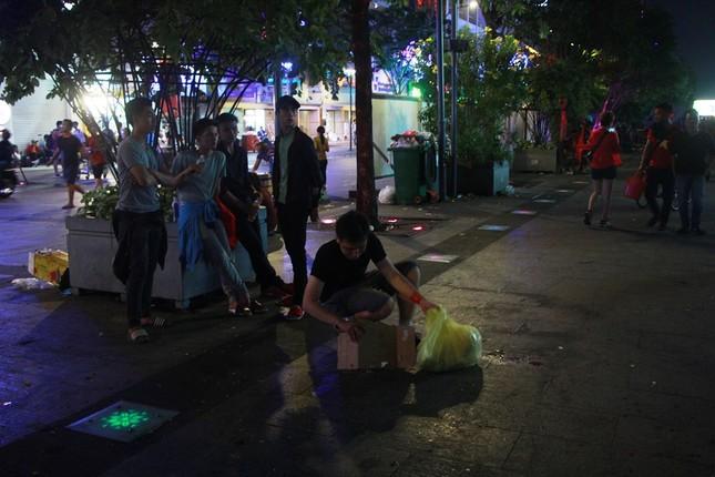 Những hình ảnh đẹp ở phố đi bộ Nguyễn Huệ sau chung kết U23 Việt Nam ảnh 8