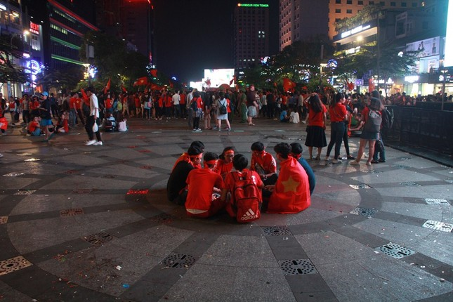 Những hình ảnh đẹp ở phố đi bộ Nguyễn Huệ sau chung kết U23 Việt Nam ảnh 16