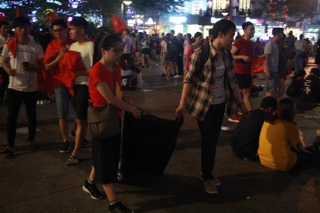 Những hình ảnh đẹp ở phố đi bộ Nguyễn Huệ sau chung kết U23 Việt Nam ảnh 9