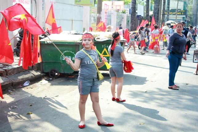 CĐV háo hức đổ về sân Thống Nhất trước giờ gặp U23 Việt Nam ảnh 11