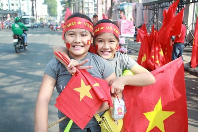 CĐV háo hức đổ về sân Thống Nhất trước giờ gặp U23 Việt Nam ảnh 10