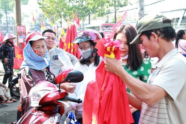 CĐV háo hức đổ về sân Thống Nhất trước giờ gặp U23 Việt Nam ảnh 14