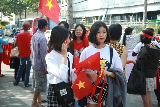 CĐV háo hức đổ về sân Thống Nhất trước giờ gặp U23 Việt Nam ảnh 1