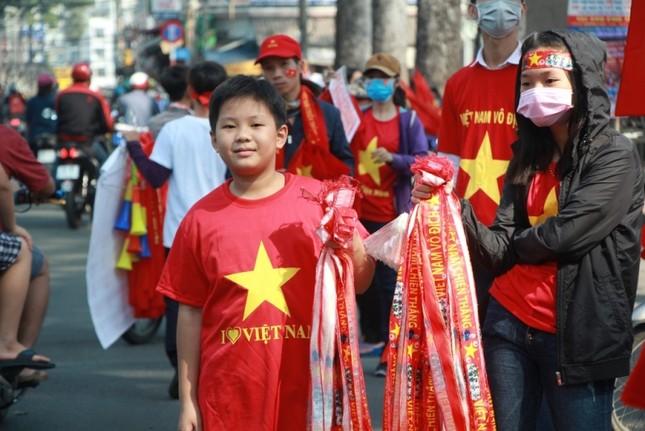 CĐV háo hức đổ về sân Thống Nhất trước giờ gặp U23 Việt Nam ảnh 17