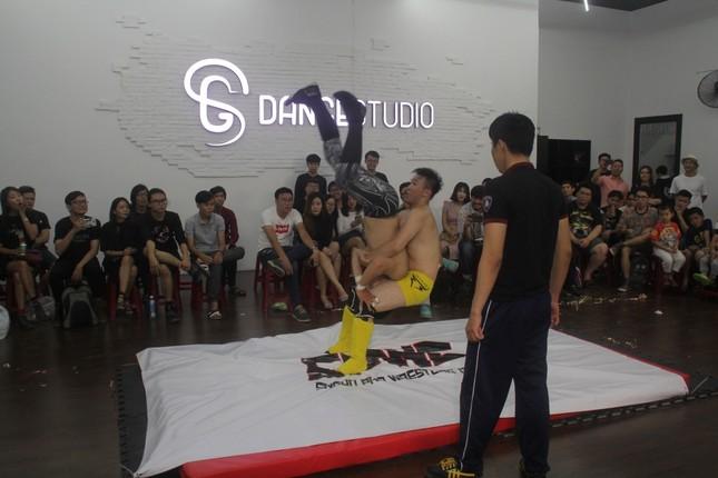 Mục kích bạn trẻ Sài Gòn đấu vật kiểu Mỹ ảnh 6
