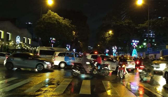 Nghìn người Sài Gòn 'chôn chân' trong cơn mưa rả rích ảnh 4
