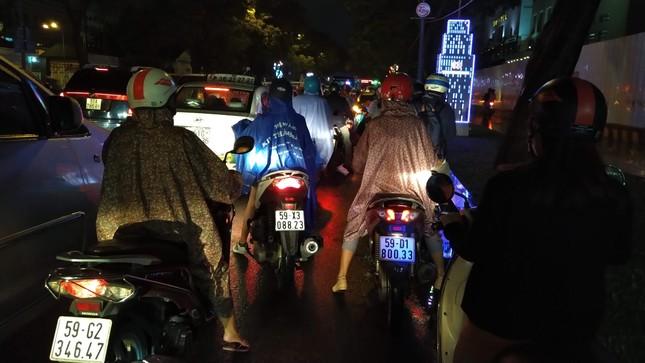 Nghìn người Sài Gòn 'chôn chân' trong cơn mưa rả rích ảnh 2