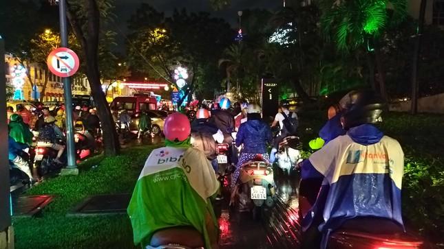 Nghìn người Sài Gòn 'chôn chân' trong cơn mưa rả rích ảnh 3