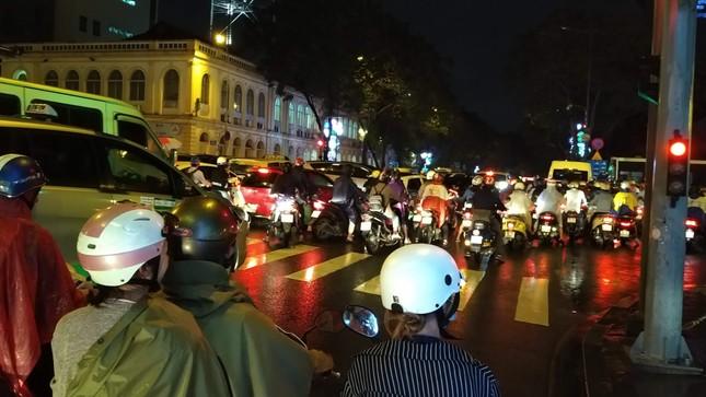 Nghìn người Sài Gòn 'chôn chân' trong cơn mưa rả rích ảnh 5