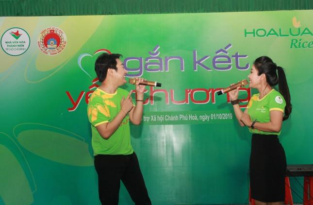 Hoa hậu Hà Kiều Anh, NSND Kim Xuân cùng các nghệ sĩ chăm lo các cụ già neo đơn ảnh 10