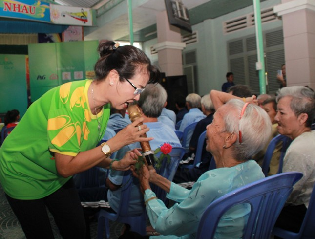 Hoa hậu Hà Kiều Anh, NSND Kim Xuân cùng các nghệ sĩ chăm lo các cụ già neo đơn ảnh 11