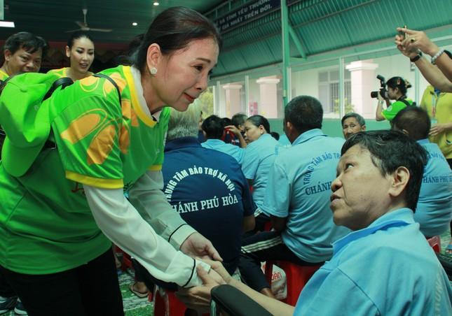 Hoa hậu Hà Kiều Anh, NSND Kim Xuân cùng các nghệ sĩ chăm lo các cụ già neo đơn ảnh 5
