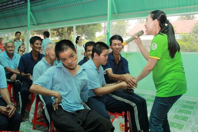 Hoa hậu Hà Kiều Anh, NSND Kim Xuân cùng các nghệ sĩ chăm lo các cụ già neo đơn ảnh 13