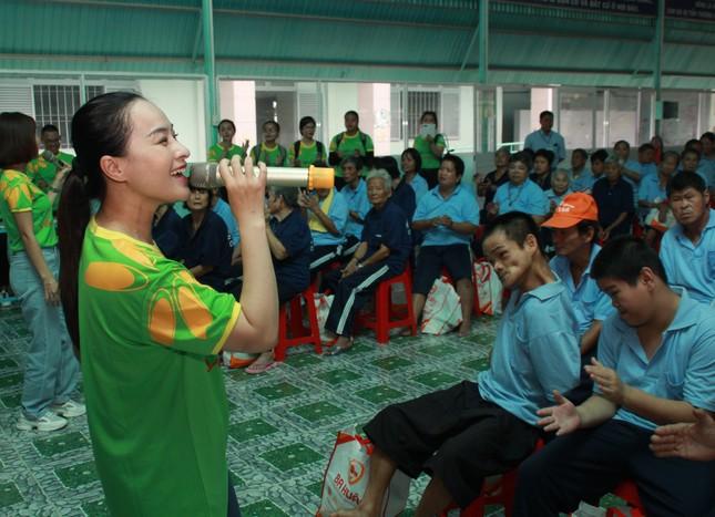 Hoa hậu Hà Kiều Anh, NSND Kim Xuân cùng các nghệ sĩ chăm lo các cụ già neo đơn ảnh 12