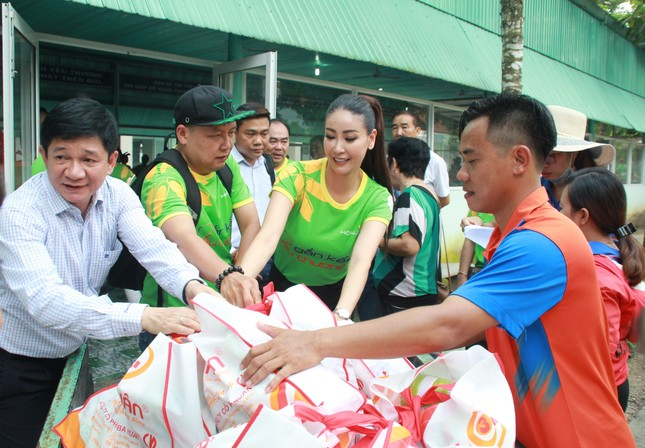 Hoa hậu Hà Kiều Anh, NSND Kim Xuân cùng các nghệ sĩ chăm lo các cụ già neo đơn ảnh 14